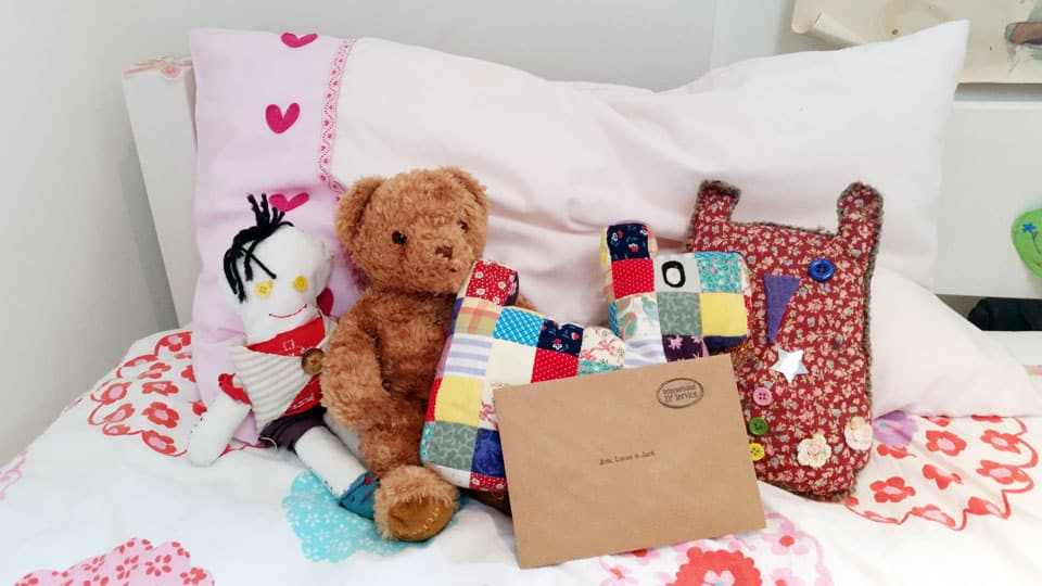 elfies-christmas-letter-on-bed